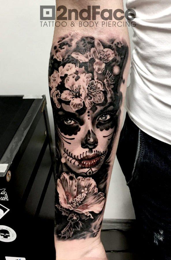 femeie-flori-tatuaj