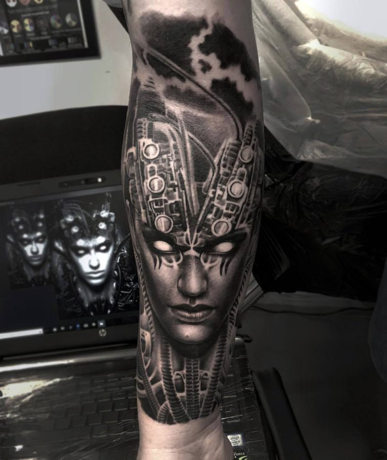 femeie-mecanisme-tatuaj