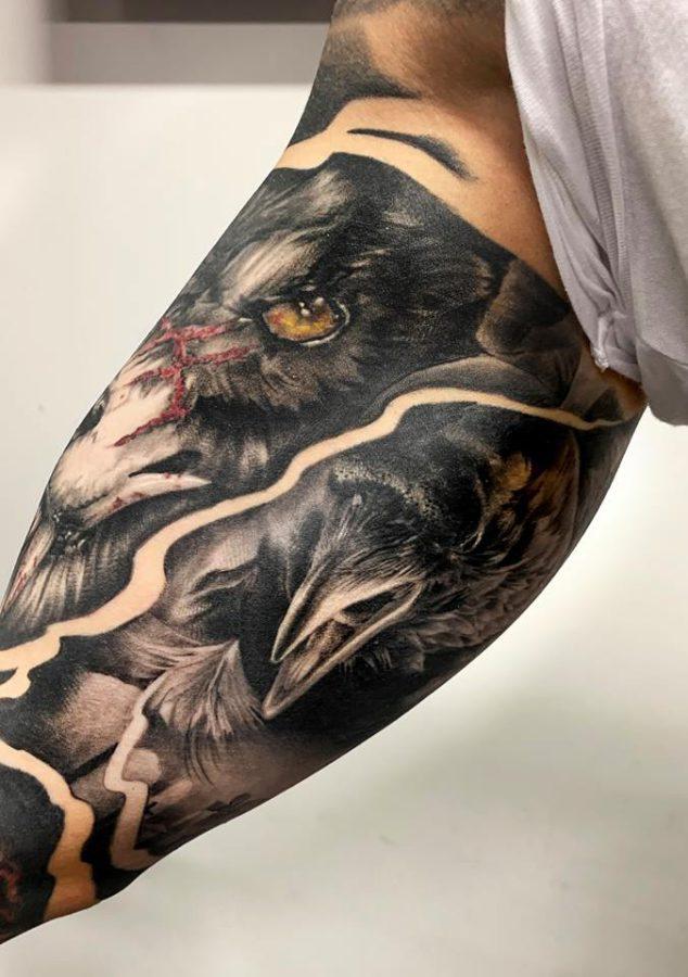 tatuaj-cu-cioara-pe-mana