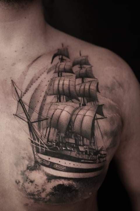 tatuaj-cu-corabie-pe-piept
